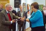 Министр культуры Южной Осетии М.А.Остаева вручает почетную грамоту Председателю правления МСХ В.А.Глухову